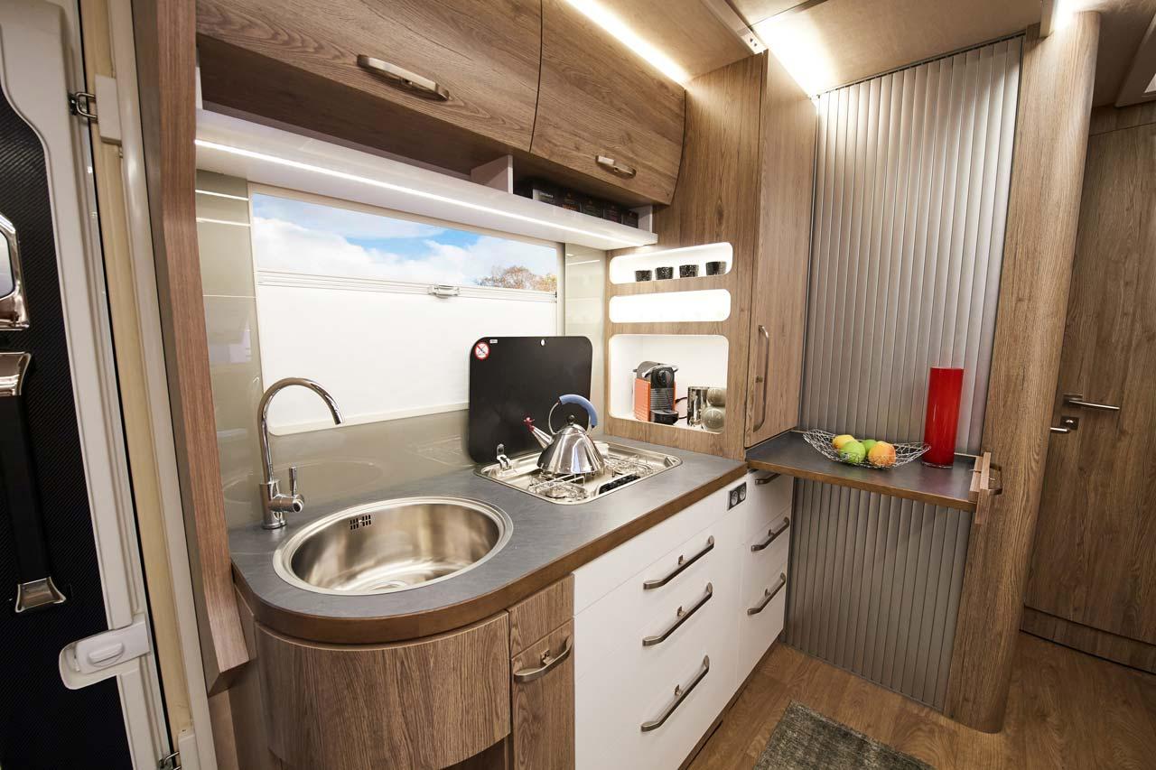 Küchenbereich des Protec Q18 Wohnmobils bei ausgefahrenen Slide Outs